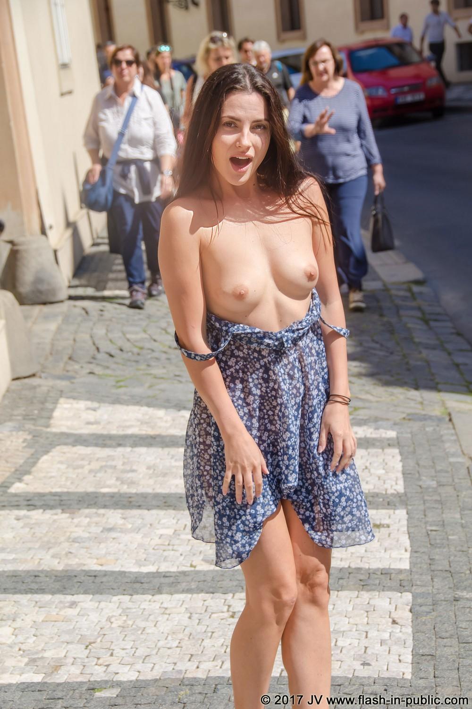 Алина хулиганит на прогулке в городе