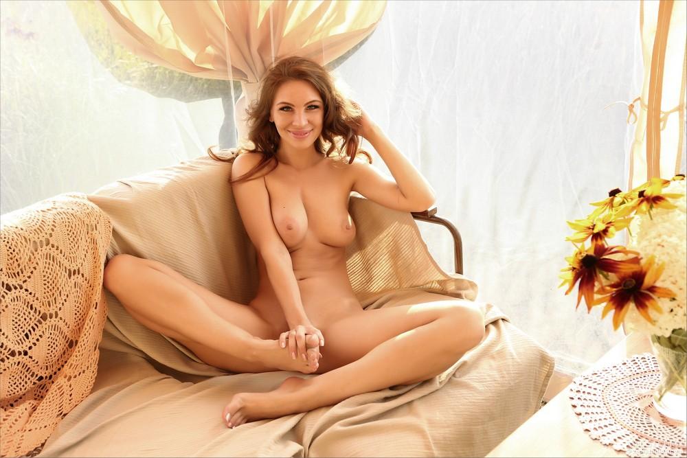 Голая Сесилия на диване