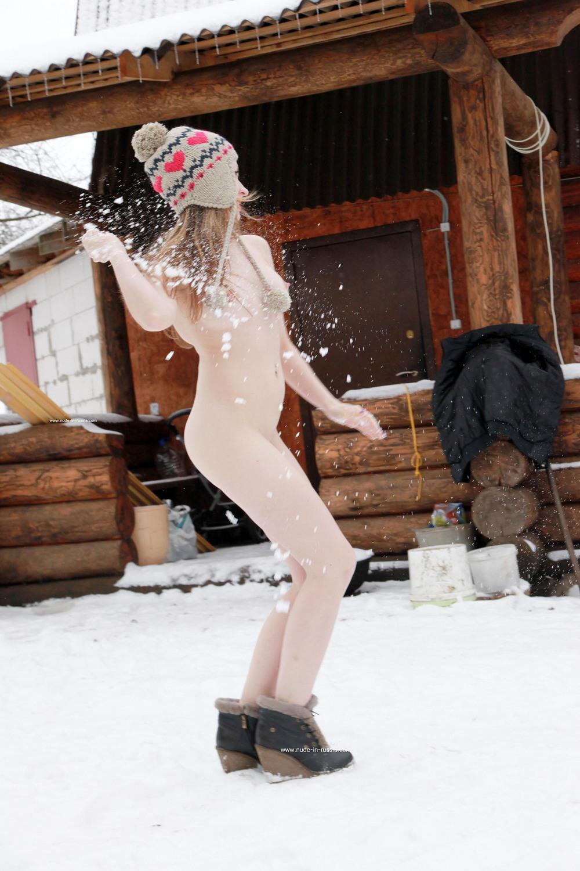 Голая Анжелика играет в снежки