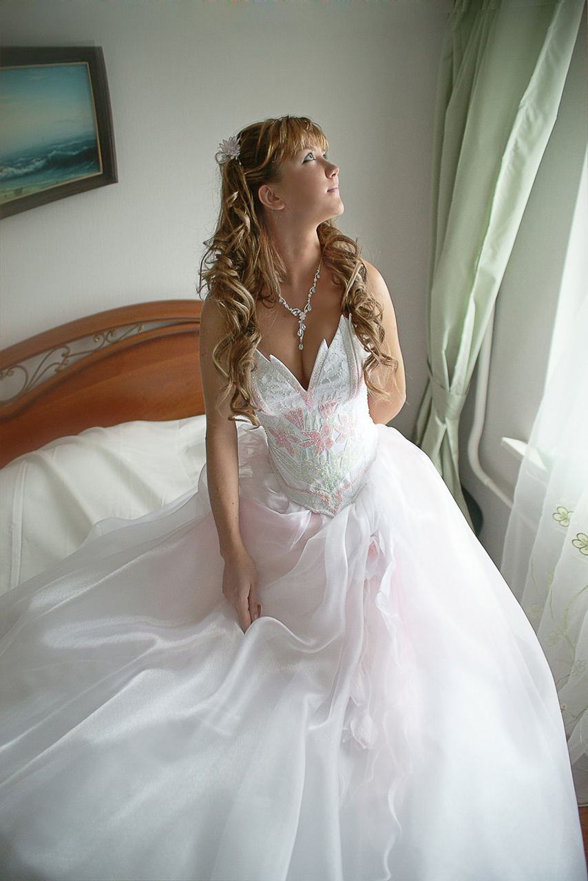 Чем больше красивых мест вы запланируете по ходу движения свадебногокортежа, тем больше и разноплановее будут ваши свадебные фотографии.Многие молодожёны свадебную фотосессию переносят на отдельный(свободный) день и это очень круто !