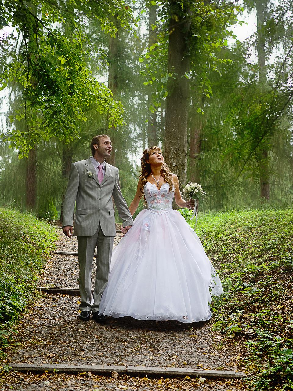 Свадебная съёмка в течении свадебного дня делится на два основных жанра.Это репортажная съёмка и постановочная.Репортажная съемка — это фиксирование происходящего без вмешательствафотографа, то есть без его малейшей режиссуры.