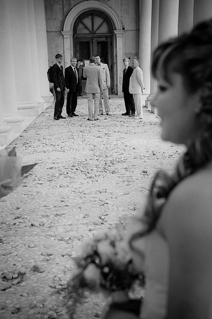 Поскольку стоимость фотосъемки все равно в большинстве случаев стоит на первом месте, то хотя бы рассматривайте ее, проглядывая свадебные фотографии на сайте  фотографа