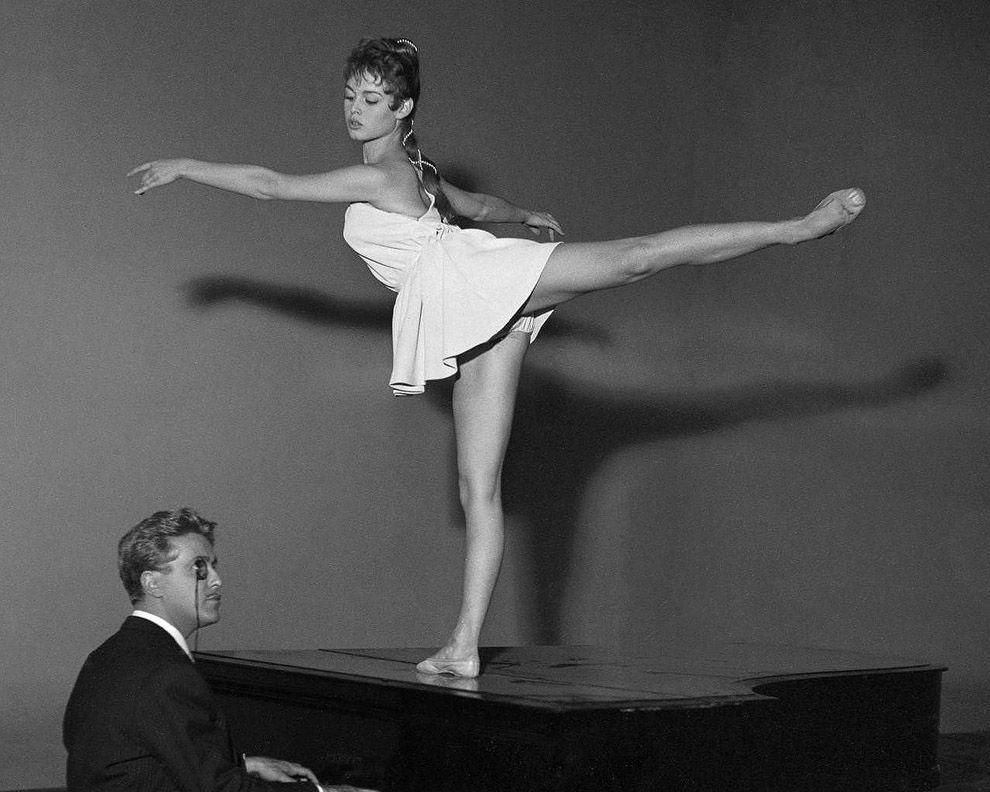 1.  Бардо — танцовщица    Под влиянием матери Бардо вместе с младшей сестрой с д