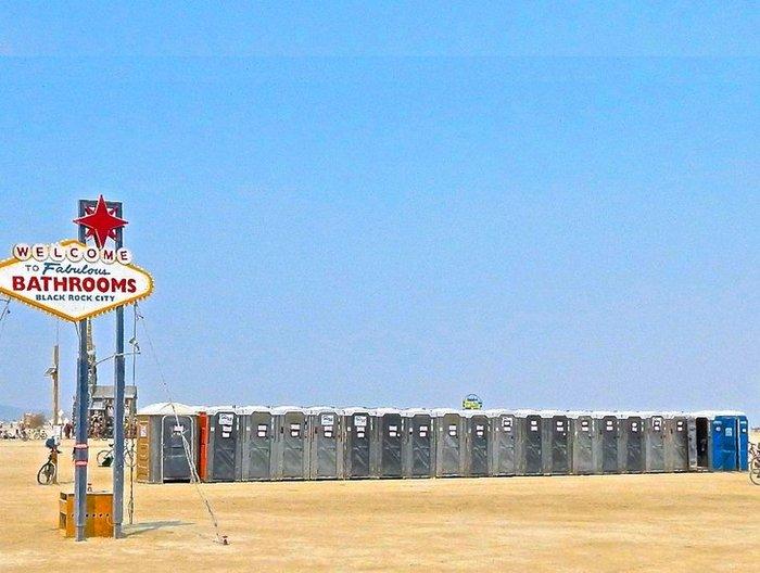 Чем дальше от центра Burning Man, тем чище сортиры — это универсальное правило. Чем ближе к танцпола