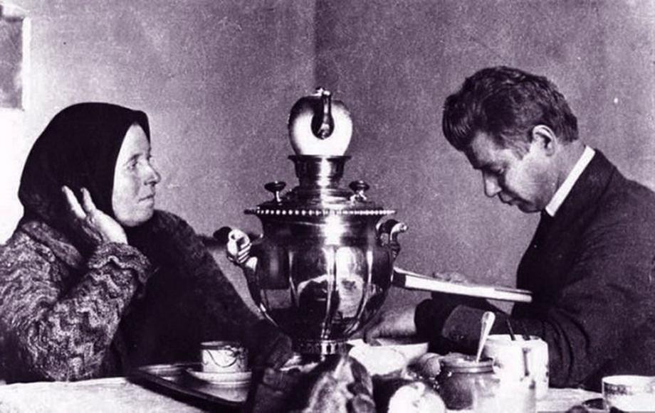 Лев Толстой играет в русскую народную игру городки