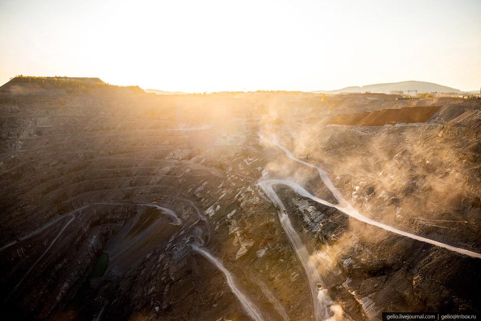 3. Открытым способом за век с небольшим из недр здесь добыли около 120 миллионов тонн магнезита. В к