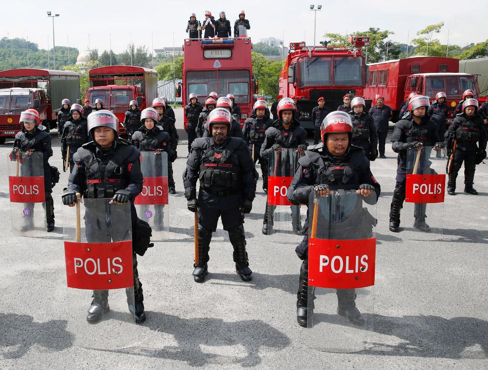 18. Полиция Филиппин. (Фото ROMEO RANOCO):