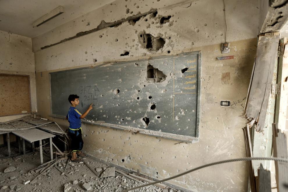 Сектор Газа находится на берегу Средиземного моря. На востоке и севере граничит с Израилем, от терри