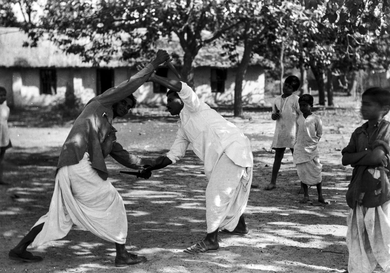 1340. Шантиникетан. Два студента во время учебного боя