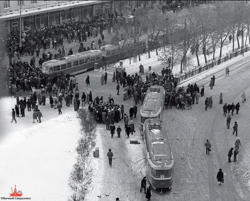 Во время водочного бунта. Свердловск. 1989