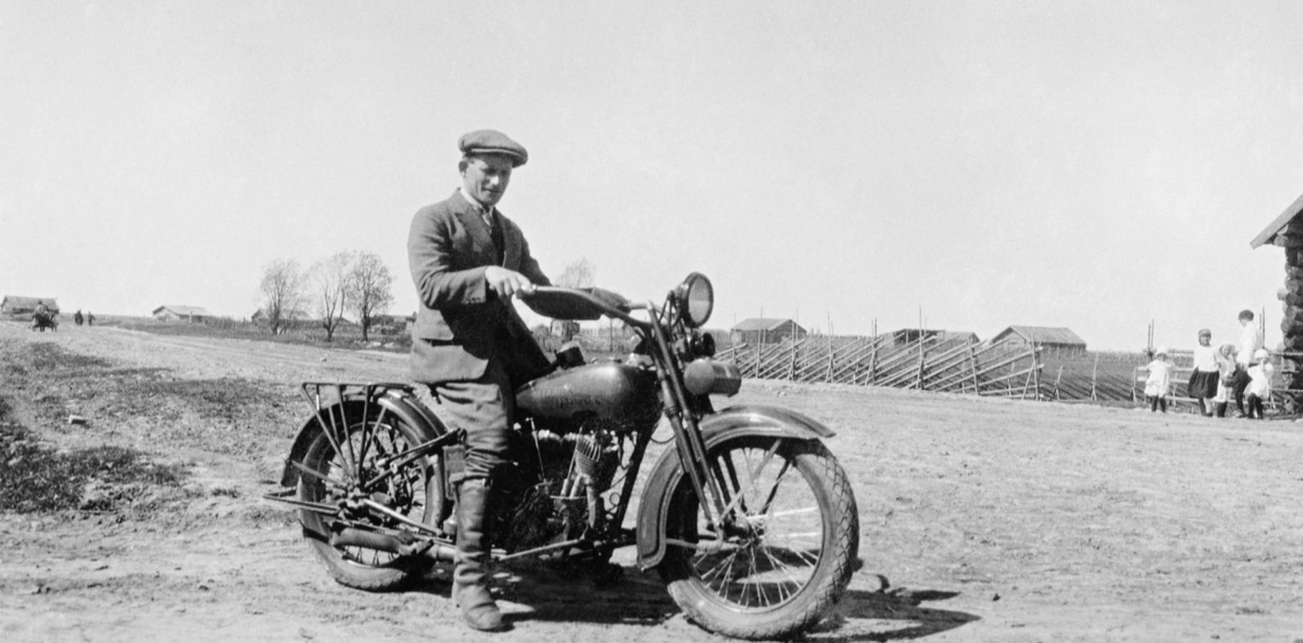 Норвежец Ричард Торкильдсен на мотоцикле в то время, когда он работал в норвежско-российской компании Russnorvegules