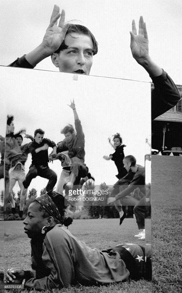1990. Танцовщица Режин Шопино работает над хореографией с зеркалом в парке