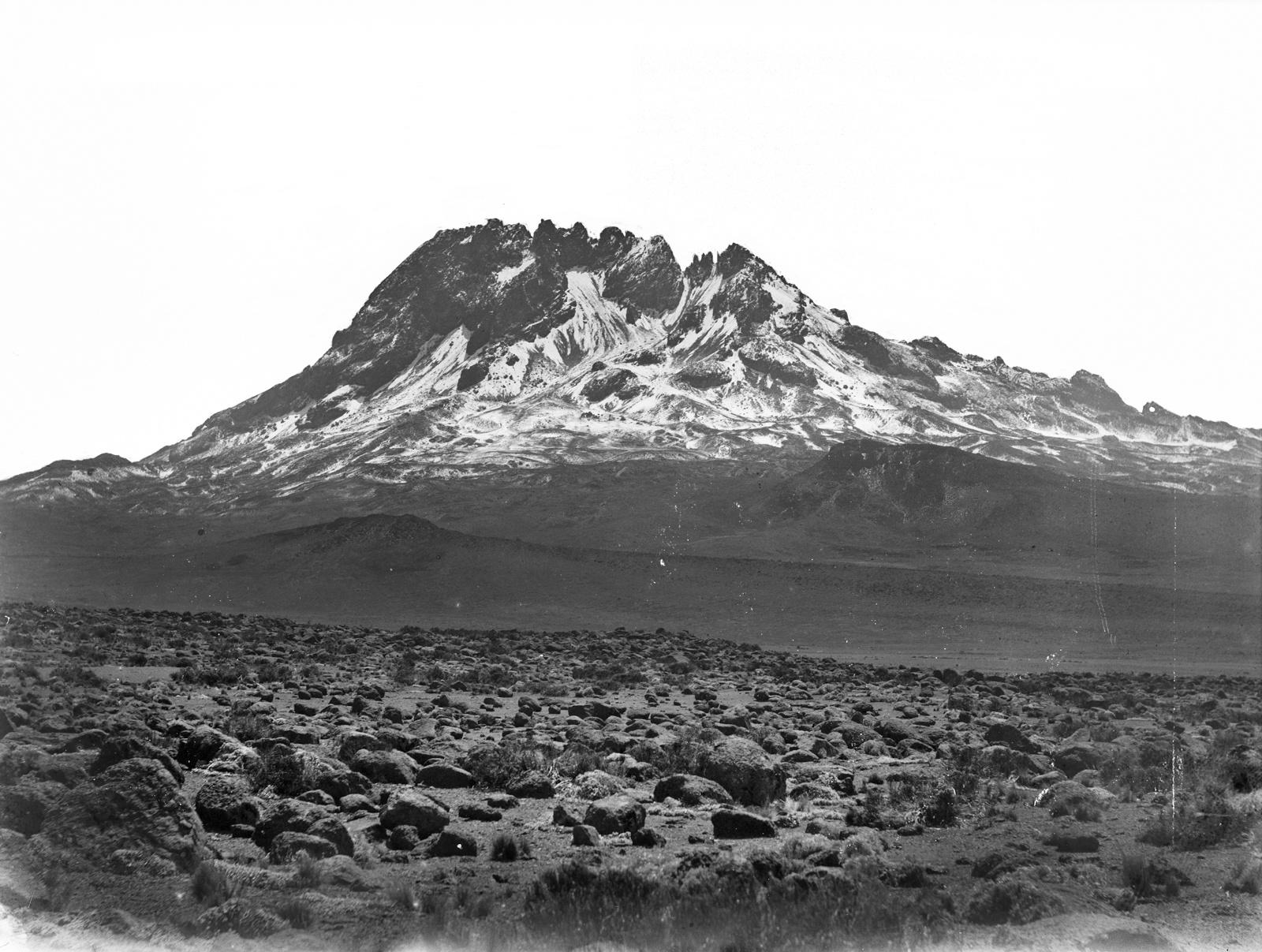 392. Мавенси (5149 м) со свежим снегом. Вид из лагеря на Кибо (4300 м)