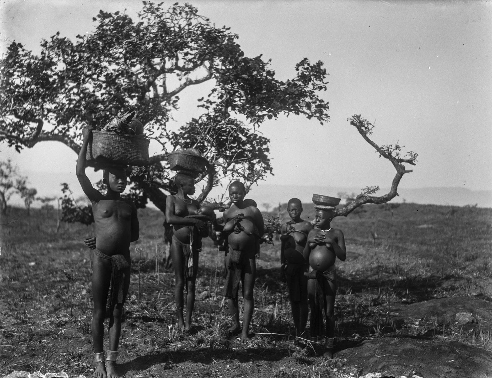 103. Группа женщин-аборигенов в окрестностях деревни Текуя