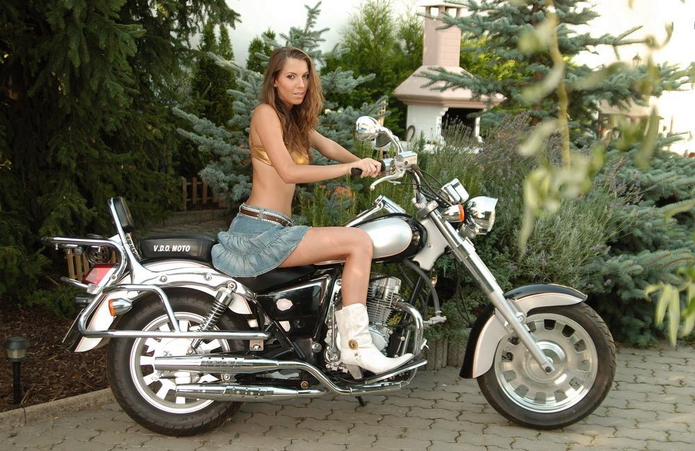 Lizzy позирует на мотоцикле
