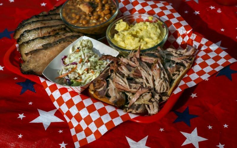 18. В Техасе барбекю готовят из говядины, обычно из шейной части. Кусочки мяса предварительно обвали