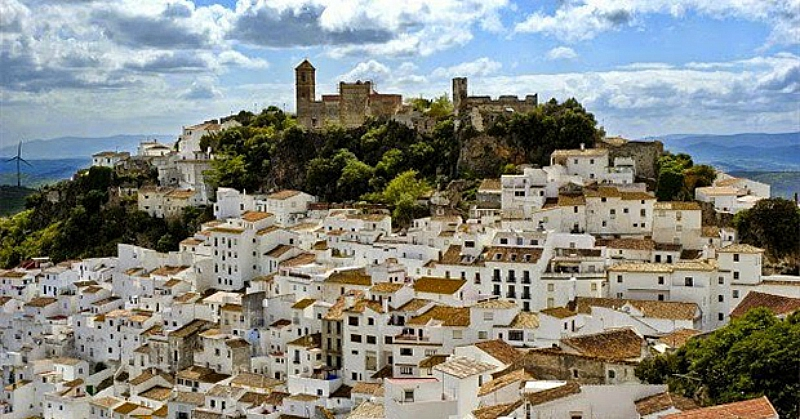 Идеальное общество: Как живут в испанском городке без преступности, полиции и безработицы (6 фото)