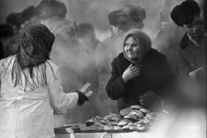 Уличная торговля на площади Ленина. СССР, Новокузнецк, 10 марта 1984 года.   Ел