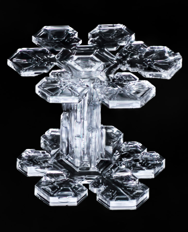2. При этом образуются шестиконечные кристаллические формы. Из-за структуры молекул воды между лучам