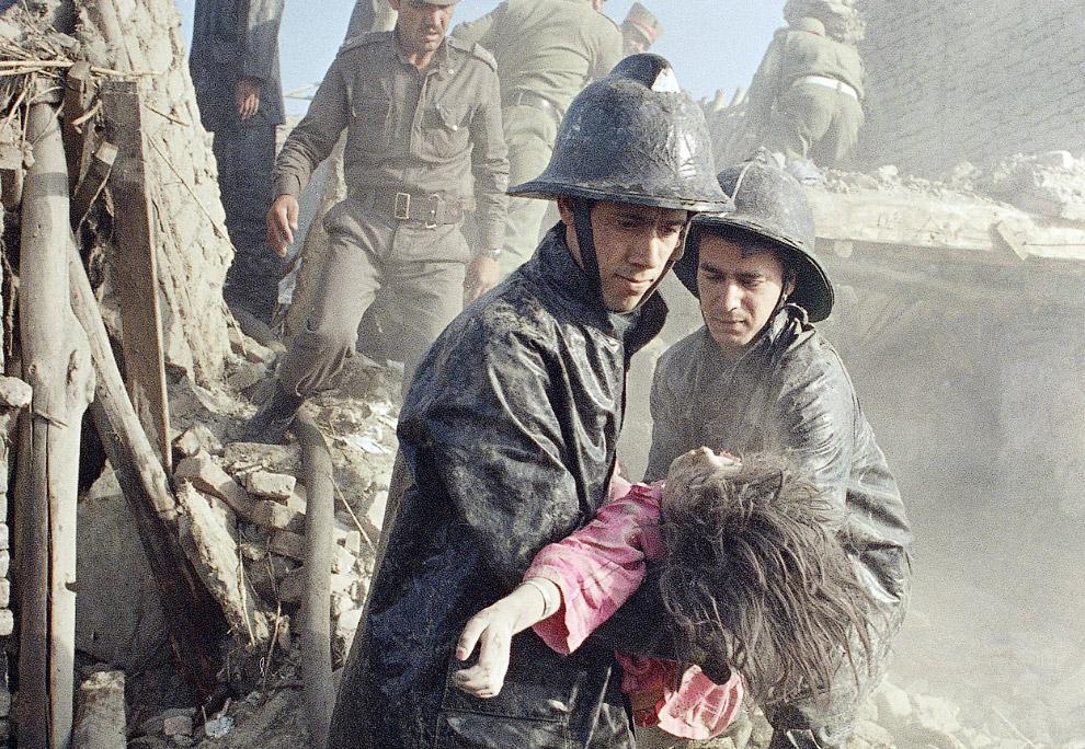 24. Советские солдаты в центре Кабула, 19 октября 1986. (Фото Daniel Janin | AFP | Getty Images):