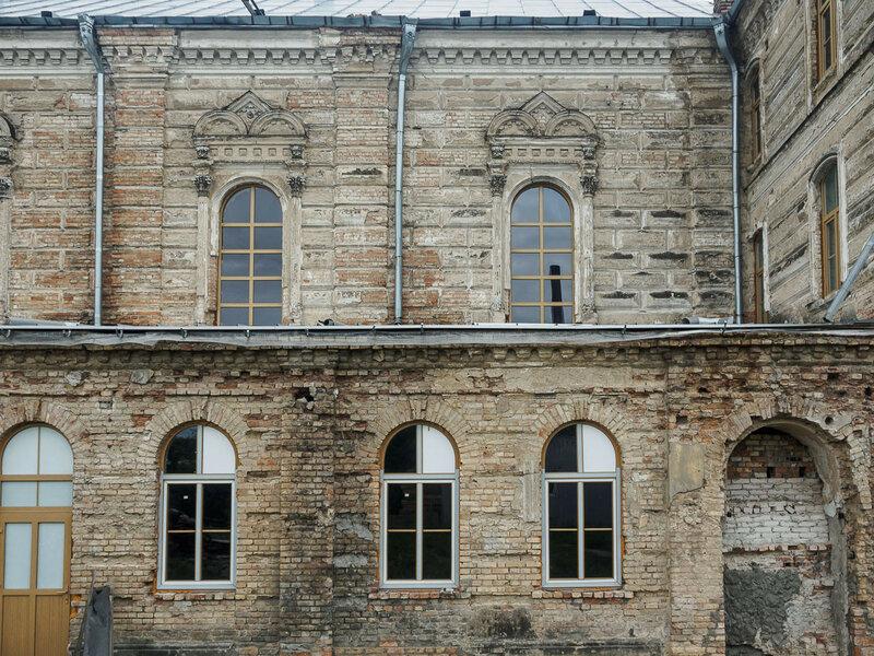 Большей частью это старинное здание то ли XVI, то ли XVII века.