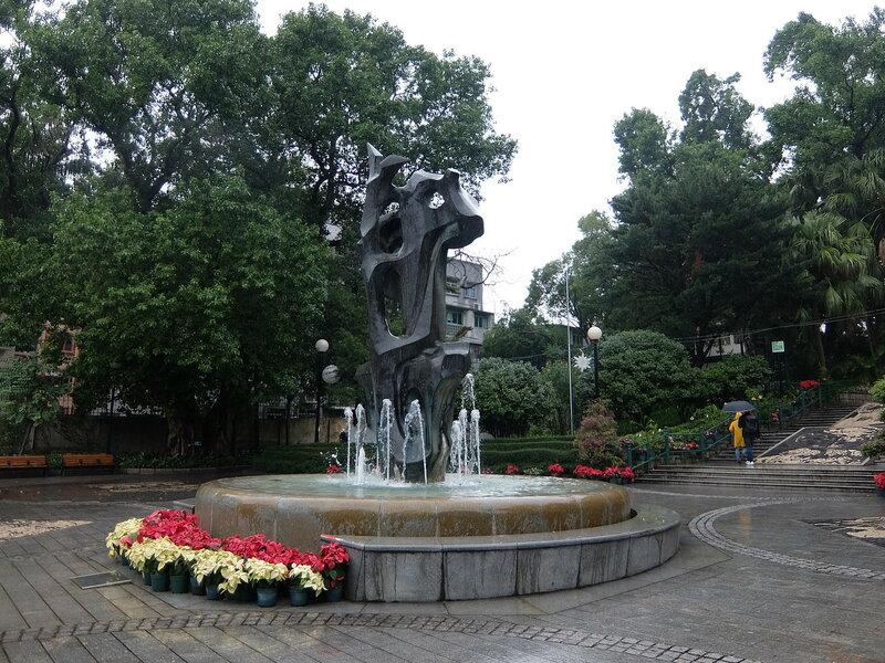 Макао - Парк Луиша де Камоэнса - Скульптура Объятия