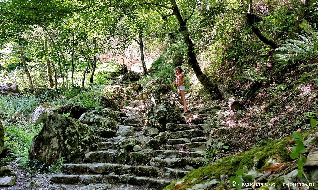 каменная лестница в Новом Афоне на реке Псырцха