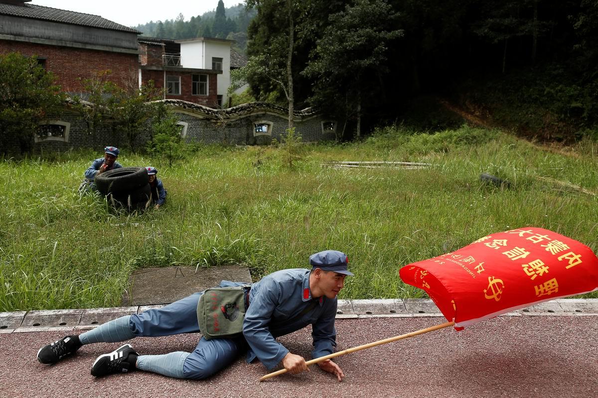 Шел под красным знаменем командир полка: Наследник китайской культурной революции в революционных кроссовках