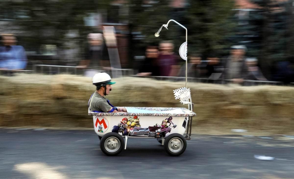 Мы от скуки на все руки: Казахский автогонщик на своем шикарном авто от Red Bull