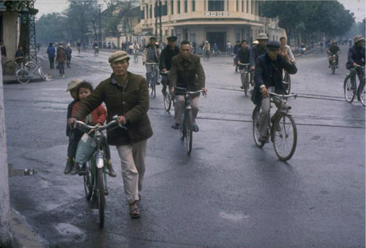 Жители Ханоя пользуются велосипедами, самым распространенным видом транспорта для передвижения по городу