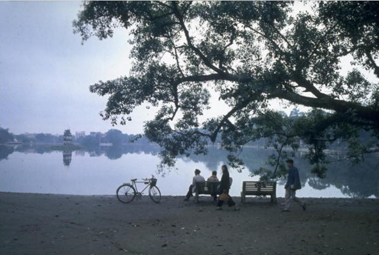 Жители Ханоя отдыхают на берегу озера в центре города
