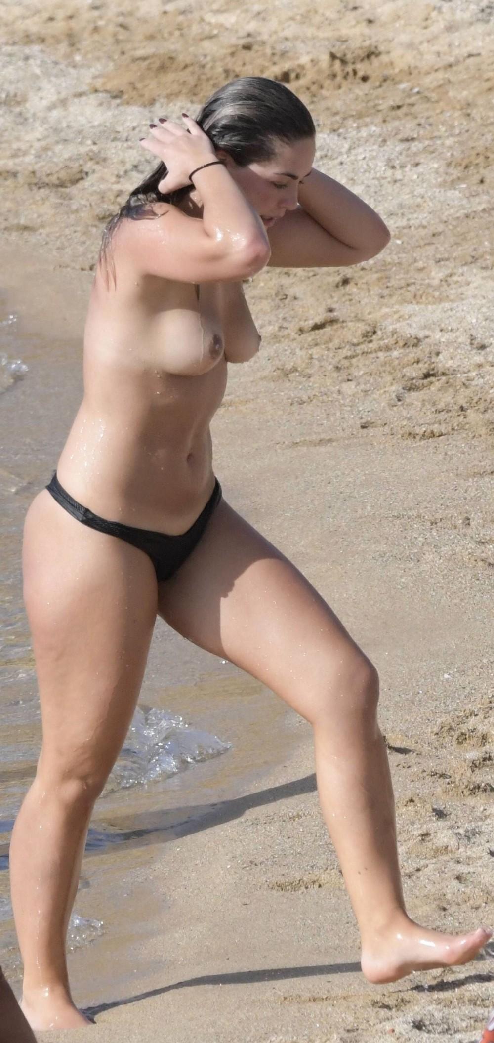 Олимпия Валанс на отдыхе топлес