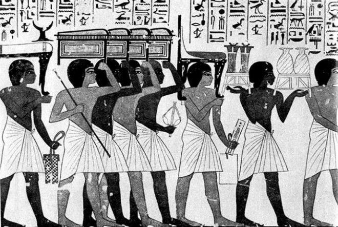 Как пишут некоторые источники, брюки появились только 3000 лет назад, когда впервые их стали надева