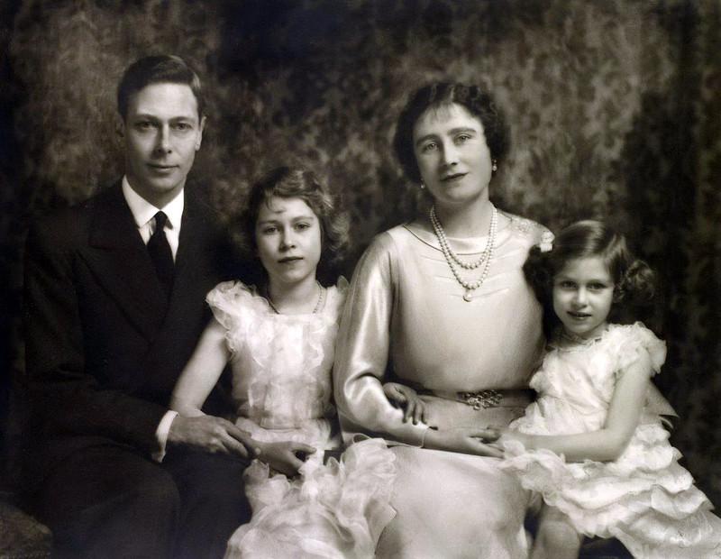 У сына Георга V, короля Георга VI и его жены Елизаветы Боуз Лайон было двое детей, но из различных м