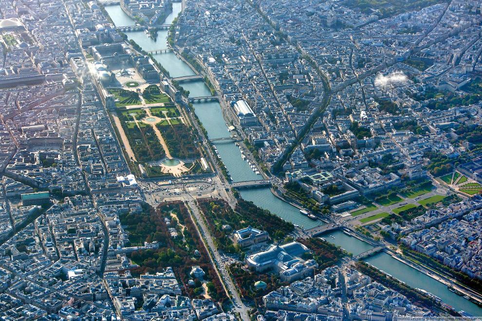 8. Если встать по центру около пирамиды Лувра, то можно увидеть на прямой все три парижские а