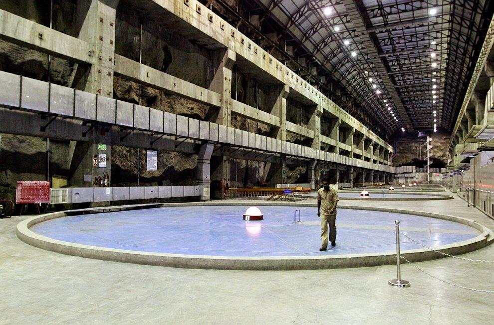 Вход в заброшенный  стальной подземный бункер  израильской армии, находящийся