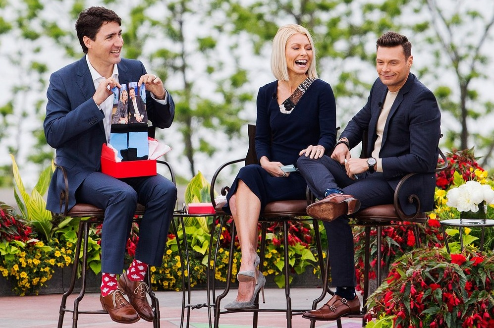 Носки с символом Канады — кленовыми листьями — в программе «В прямом эфире с Келли и Майклом».