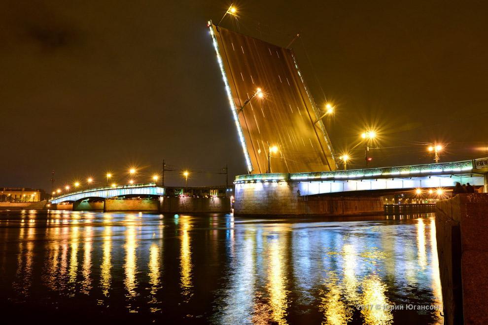 4. Развод мостов — визитная карточка Санкт-Петербурга, он необходим для обеспечения судоходства. Он