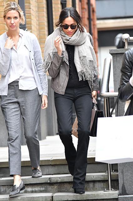Незадолго до помолвки актриса была замечена на лондонских улицах под королевской защитой: во время ш