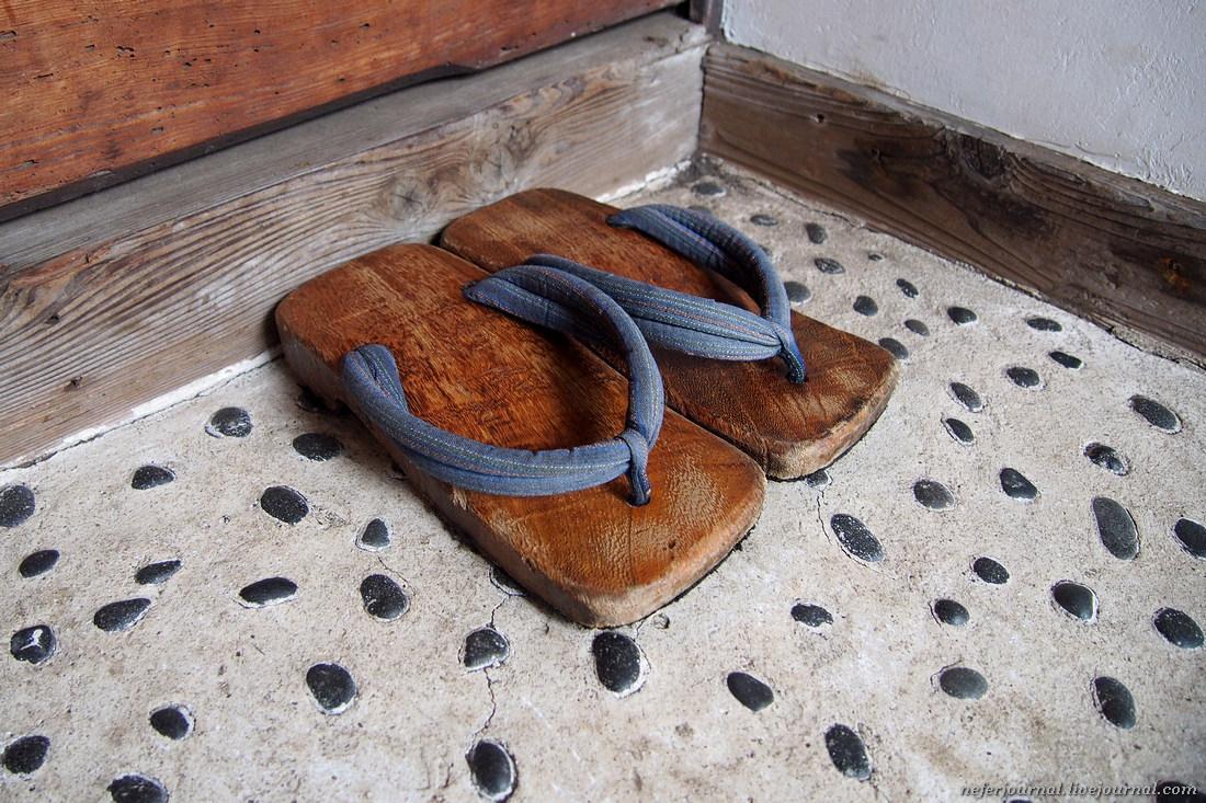 Традиционная мужская обувь, возможно, это вариант гэта.