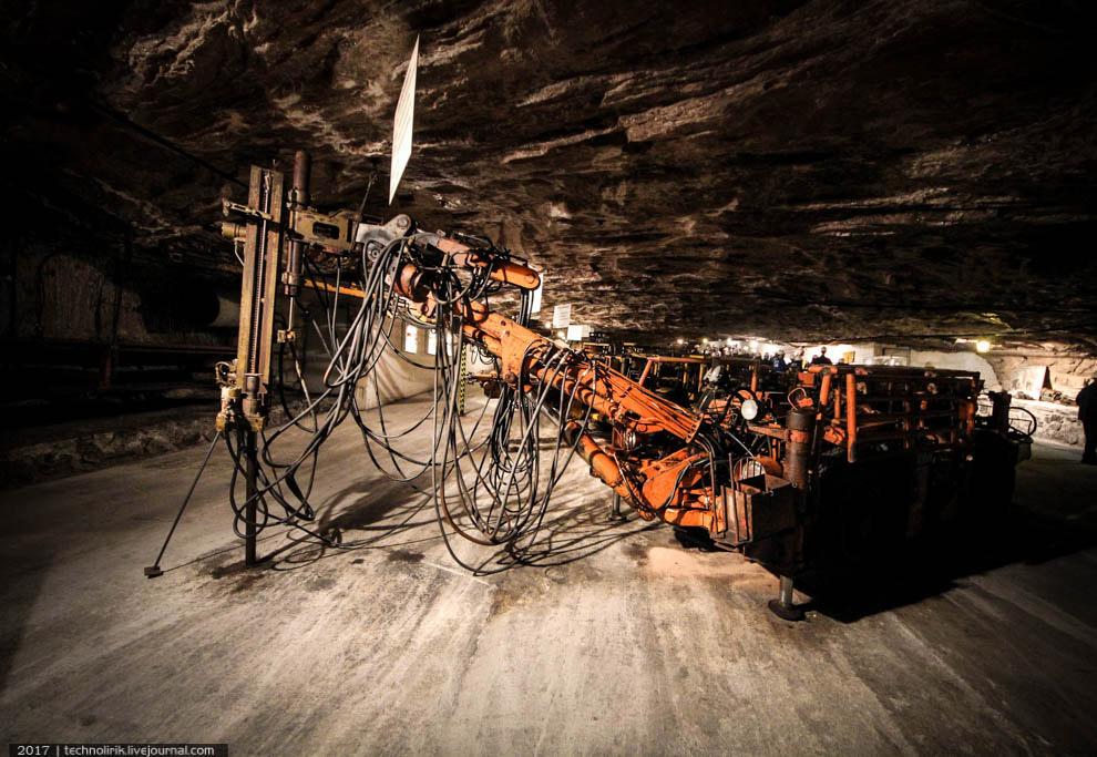 17. Парочка колесных погрузчиков, сконструированных специально для использования в шахтах. Колеса у
