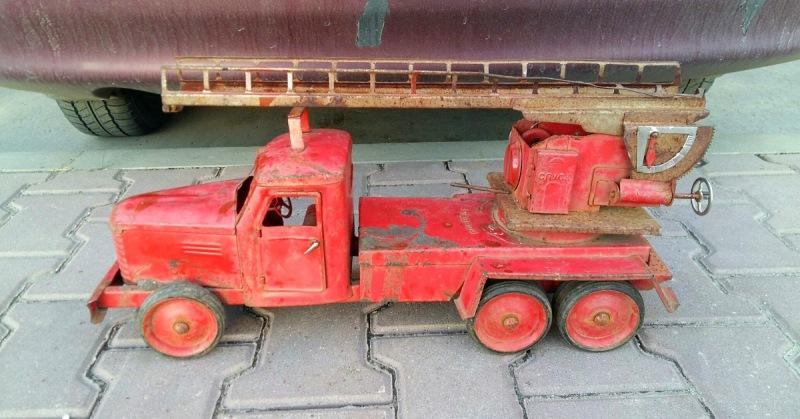 Еще одна пожарная машинка — 350 000 рублей.