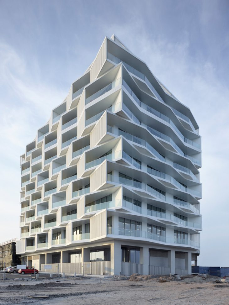 The 8 floors of 28 apartments are built from the basement of the gallery, which is fluido ver the su
