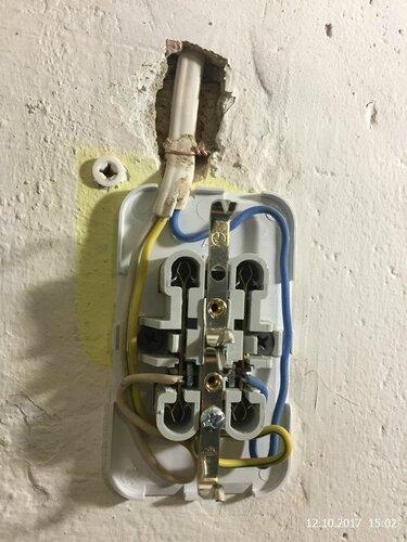 Закрепим розеточку, подключим провода