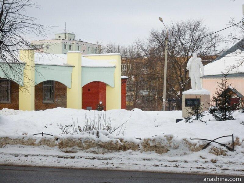 Детская библиотека имени А.П.Гайдара и памятник Ленину, Клин