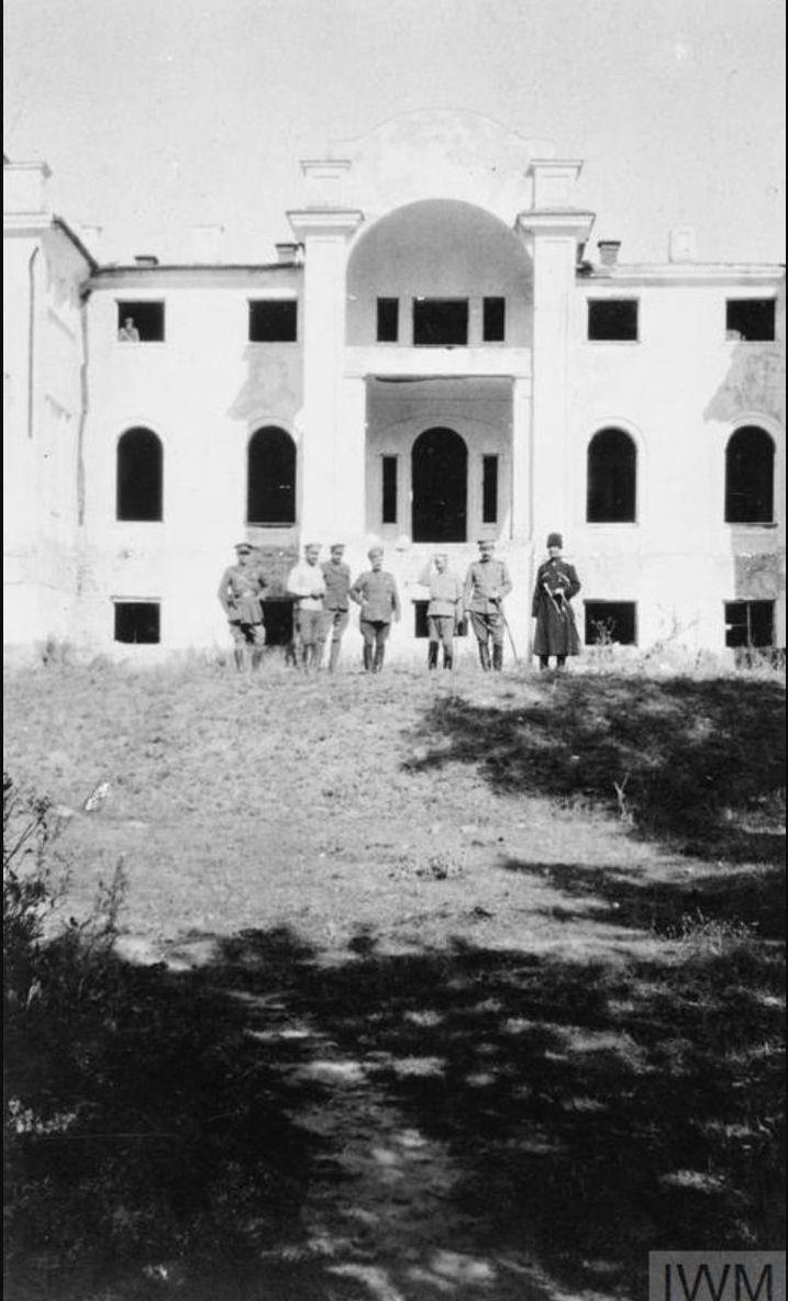 Генерал-лейтенанты Богаевский и Гулыга вместе с другими офицерами возле неопознанного здания