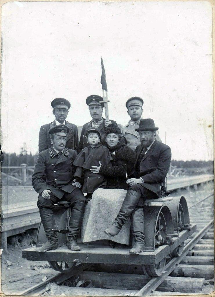 Служащие железно дороги на ручной дрезине. 1897-1899