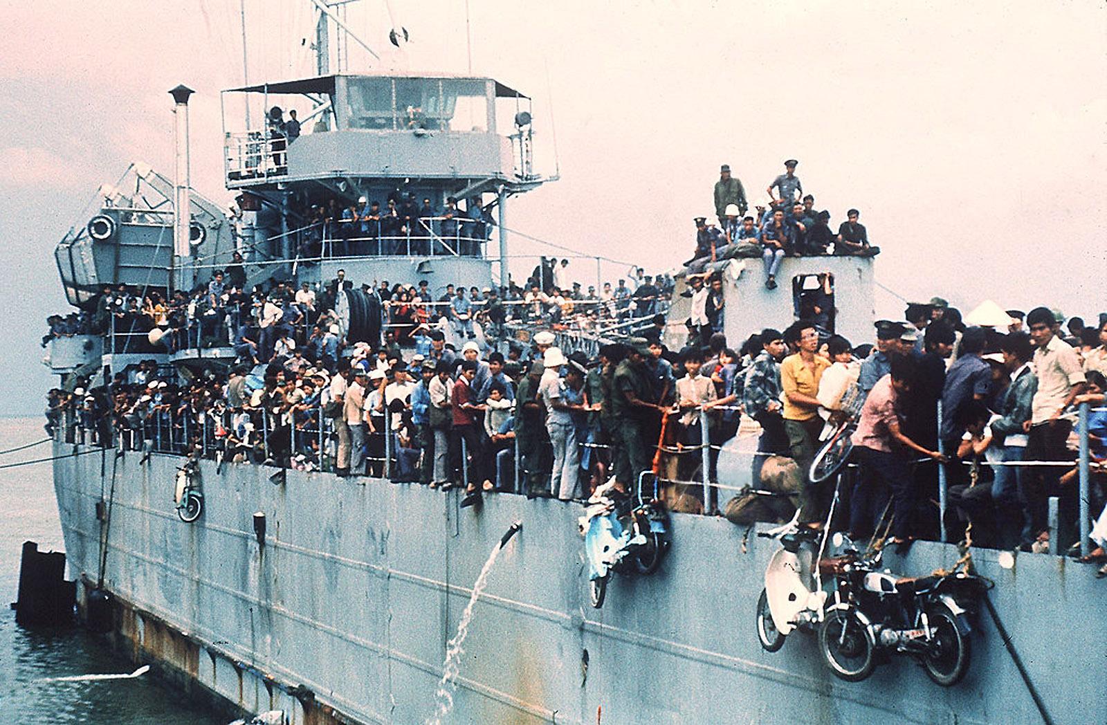 Южно-вьетнамский военно-морской корабль HQ-504, в котором размещено более 7000 беженцев, прибывает в порт Вунгтау