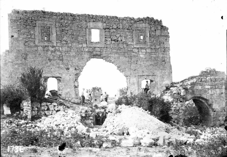 Мангупский дворец. Часть стены с входом и окном