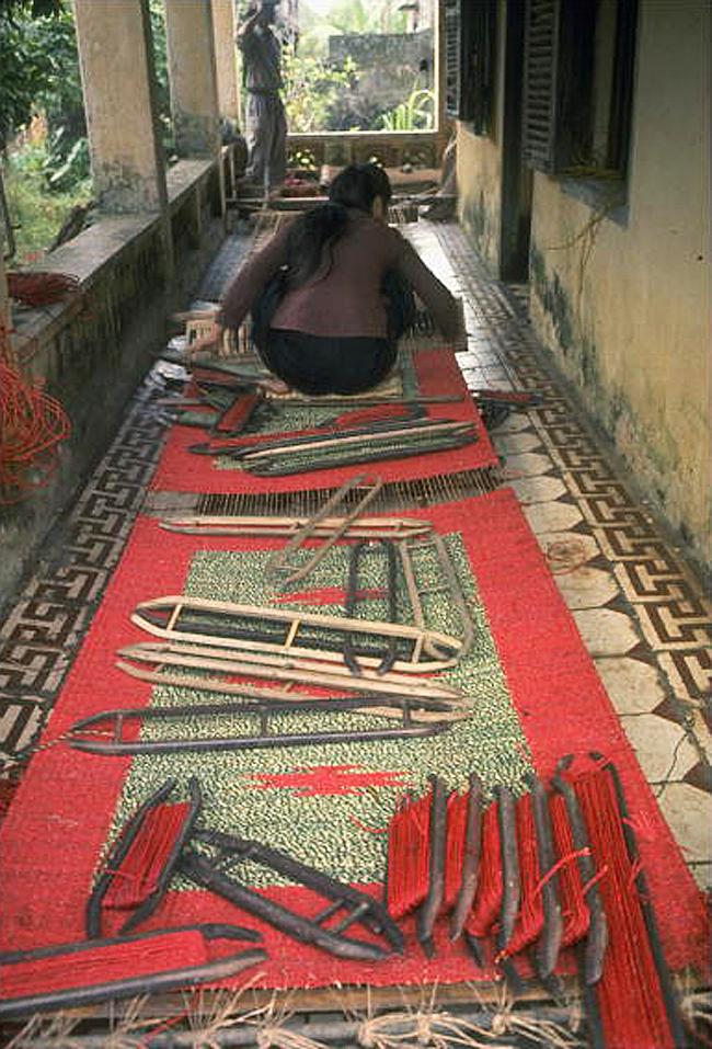 Рабочие, производящие циновки из конопли в разрушенной бывшей церкви